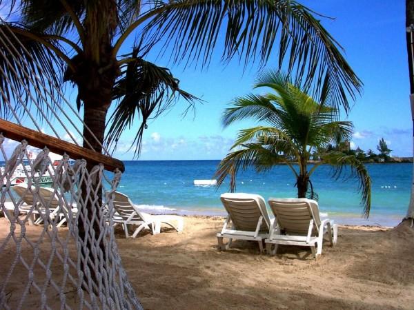 отпуск на пляже - можно ли окунаться в воду?