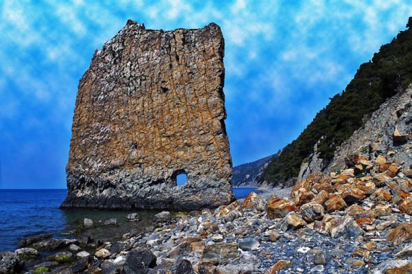 каменная глыба в виде паруса